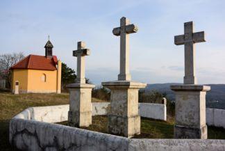 Kápolna és hármas kereszt a Kálvária-hegyen