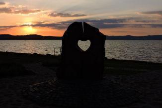 alkonyi fényben a Balaton Szíve-szobor