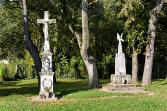 kőkereszt és I. világháborús emlékmű Holládon