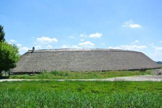 Hidi-major nádtetős épülete