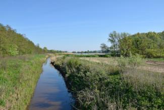 a Principális-csatorna, háttérben a Palini-tó