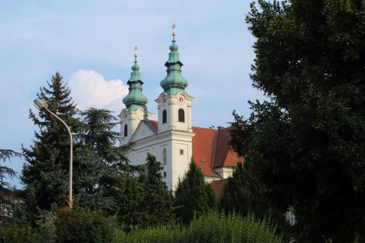 a Szent Júdás Tádé-templom két, jellegzetes tornya