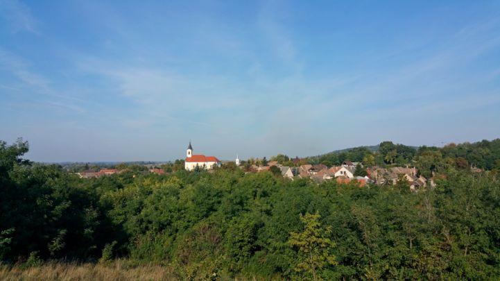 a falu látképe a környező dombok egyikéről