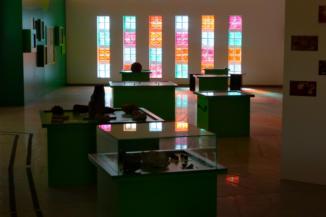 színes üvegtégla fal a Természet Háza Látogatóközpontban