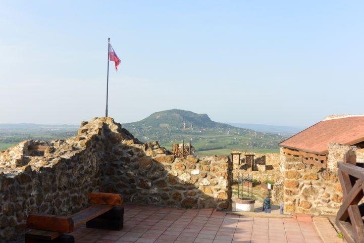 a Szent György-hegy magasodik a szigligeti vár falain túl