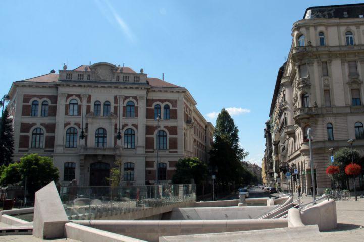 Szent Gellért tér, háttérben a Budapesti Műszaki és Gazdaságtudományi Egyetem CH épületével