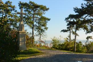 kőkereszt a vonyarcvashegyi Szent Mihály-kápolna mellett