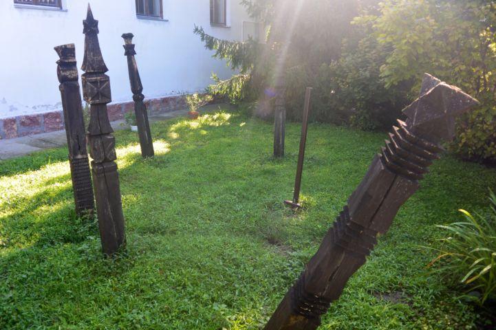 kopjafák a református templom mellett