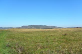 kilátás a Kornyi-tótól Köveskál felé, a háttérben a Fekete-hegy