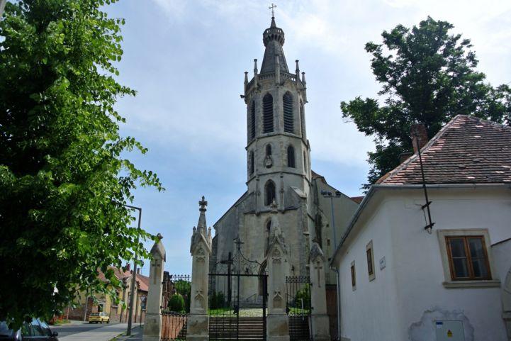 Szent Mihály főangyal-templom az utcáról nézve