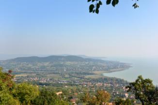 látványos panoráma a badacsonyi Páholykő-kilátóhelyről Badacsonytomaj és Badacsonyörs felé
