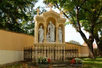 szobrok a Szentháromság-templom kertjében
