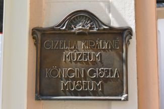 tábla a Gizella Királyné Múzeum falán
