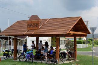 kerékpáros pihenőhely a falu közepén