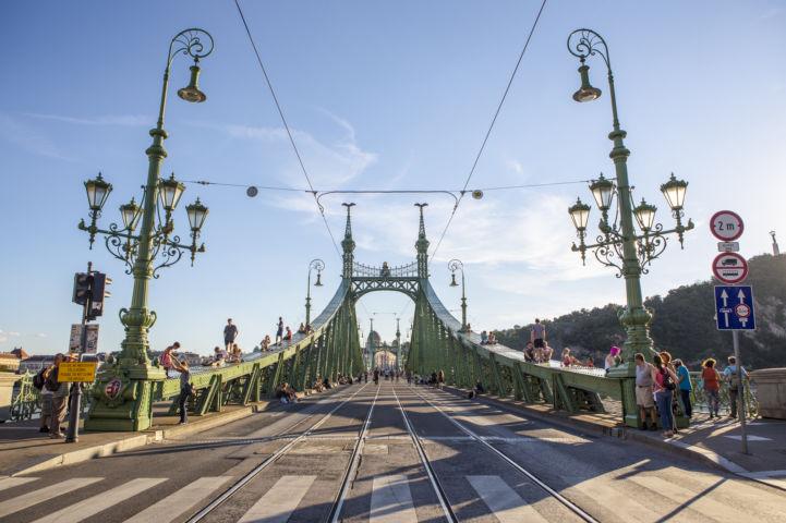 a lezárt Szabadság hidat 2016 nyarán teljes szélességében birtokba vették a gyalogosok, görkorisok, biciklisek