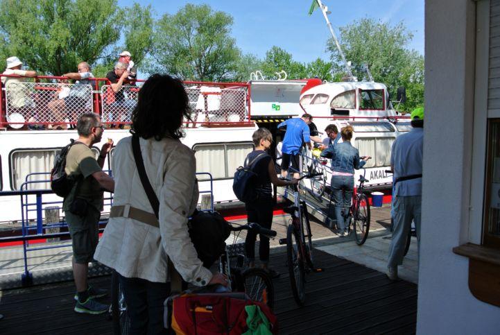 bringával a balatongyöröki hajóállomáson