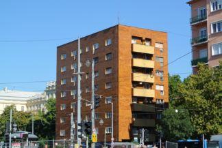 vörös tégla lakóház a Móricz Zsigmond körtér mellett