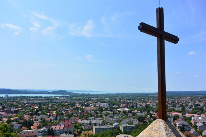 kilátás Balatonfüredre a Tamás-hegyi kereszttől