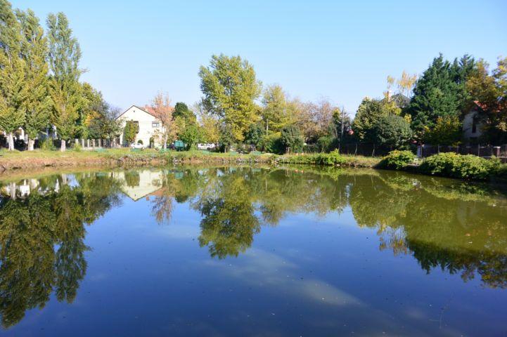 az eget tükrözve tényleg kéknek tűnik az amúgy zöld színű Kék-tó
