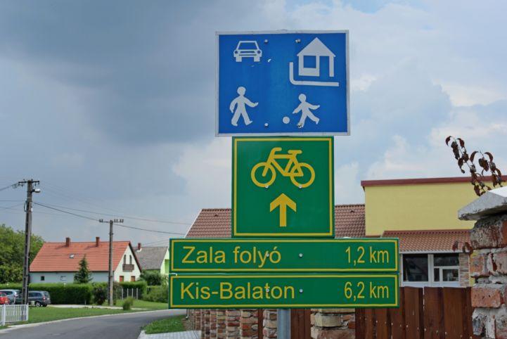 kerékpárút útirány jelzés