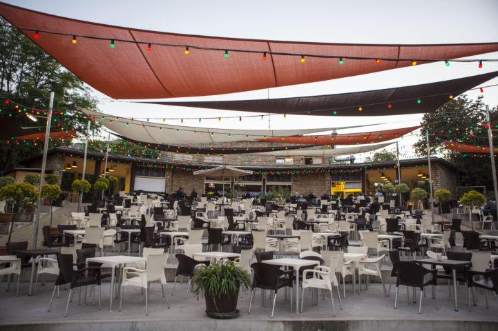 fekete-fehér asztalok és székek az Új Budai Parkszínpad teraszán