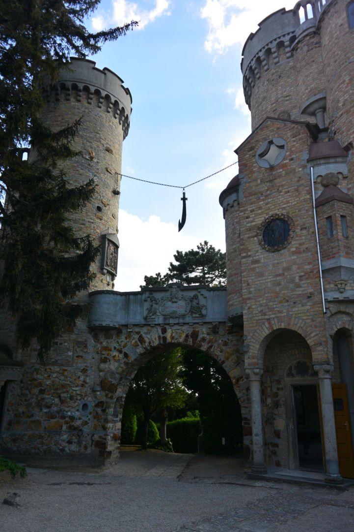 a Bory-vár Százoszlopos kertjének bejárata, a várkapu fölött függő pallossal