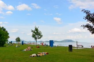 a balatongyöröki strand, háttérben a tanúhegyek